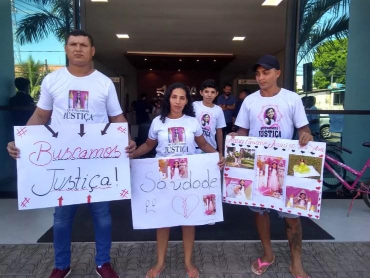 Familiares da menina de 11 anos morta em operação do Bope também participa do ato — Foto: Alcinete Gadelha/G1