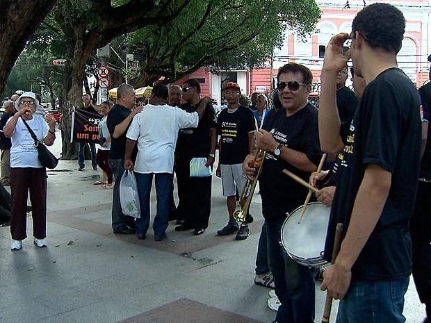 idosos protestam em salvador (Foto: Imagem/ TV Bahia)