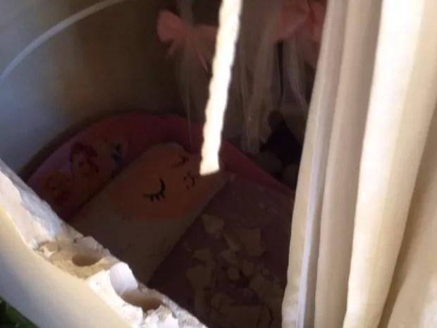 Forro de gesso caiu em criança de 8 anos que dormia, em Goiânia (Foto: Arquivo Pessoal/Aline Oliveira)