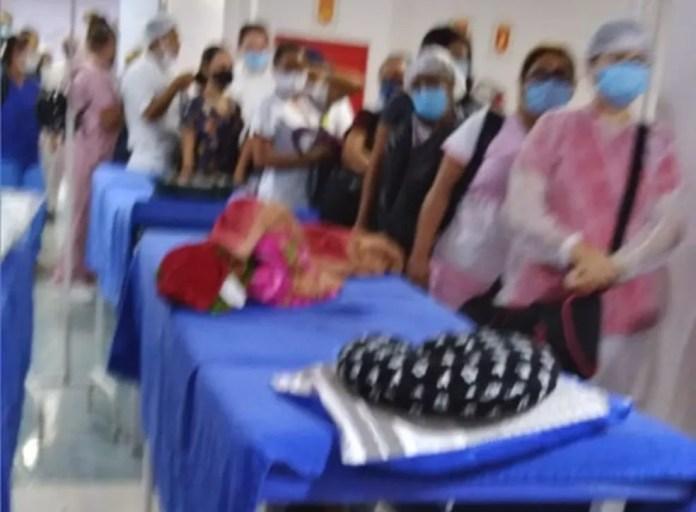 Fila de funcionários para bater o ponto no Hospital 28 de Agosto ao lado de macas para internados — Foto: Arquivo Pessoal