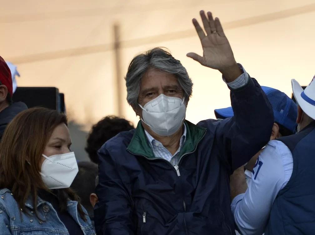 Usando máscara, candidato a presidente Guillermo Lasso participa de comício em Quito, no Equador, nesta quarta-feira (3) — Foto: Rodrigo Buendia/AFP
