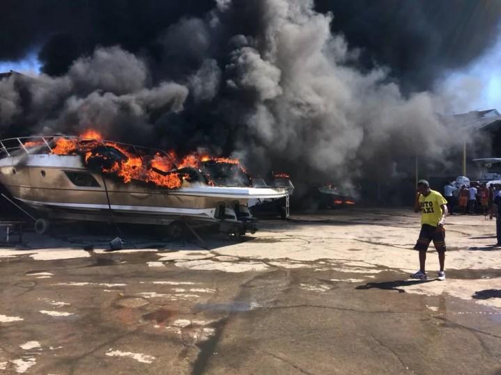 Lanchas que estavam no local foram atingidas pelo incêndio (Foto: Tiago Brito/ TV Bahia)