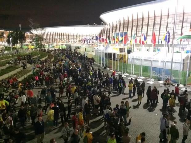 Público ao lado de fora da Arena Carioca 1, à espera de liberação para jogo de basquete (Foto: Matheus Rodrigues/G1)