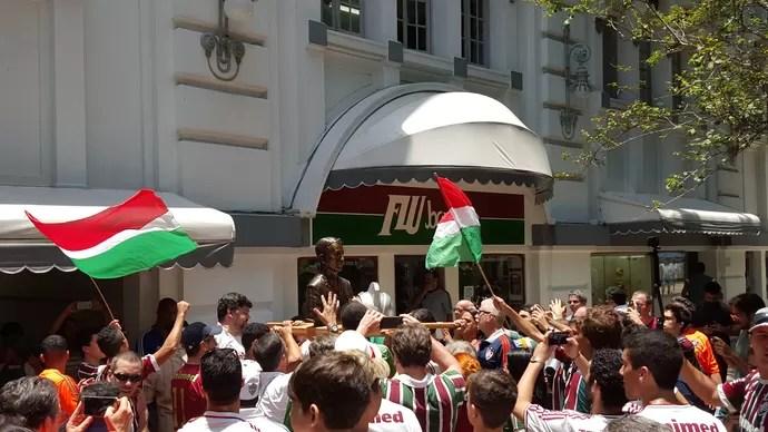 Oscar Cox busto Fluminense (Foto: Hector Werlang / GloboEsporte.com)