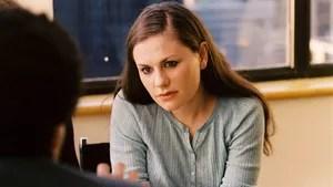 Lisa Cohen, uma jovem de 17 anos, sente-se culpada por um acidente de trânsito que culminou com a morte de um pedestre. Ela vai atrás das pessoas envolvidas no caso, mas encontra resistência em todas elas. Consumida por frustação e culpa, Lisa começa a hostilizar todos ao seu redor, inclusive ela mesma. A partir daí ela é confrontada com o pensamento de que seus ideais adolescentes estão começando a colidir com a realidade e a vida adulta.