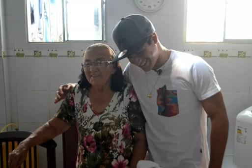 Italo Ferreira com Dona Mariquinha, a avó em quem ele se inspirava, em 2015 — Foto: Jocaff Souza/GloboEsporte.com