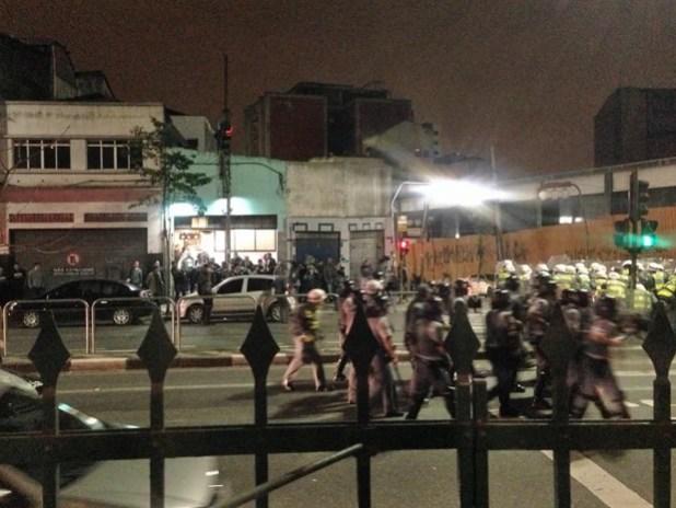 Policiais militares investem contra um grupo de manifestantes que protestava contra o mensalão durante evento do PT (Foto: Roney Domingos/G1)