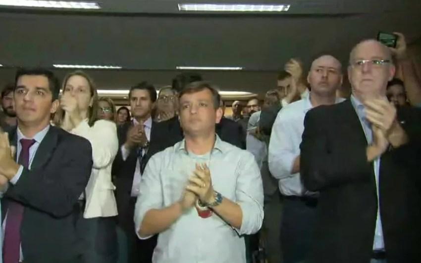 Delegados aplaudem Rivaldo Barbosa na chegada para a coletiva (Foto: Reprodução/TV Globo)