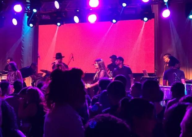 Léo Santana e Ludmilla no palco no aniversário de 22 anos da cantora (Foto: Reprodução/Instagram)