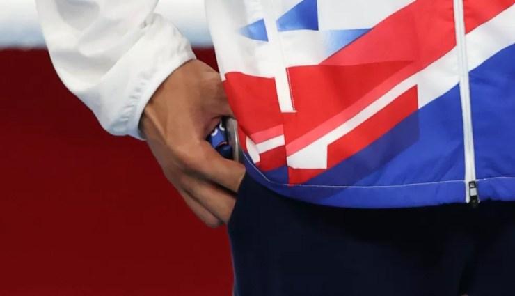 Benjamin Whittaker guarda medalha de prata do boxe no bolso — Foto: REUTERS/Carl Recine