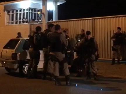 Homem foi morto a tiros no bairro dos Novaes na noite passada. Este foi um dos quatro homicídios registrado em João Pessoa em menos de 24 horas. (Foto: Walter Paparazzo/G1)