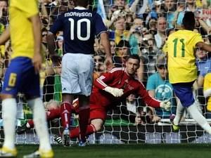 Atacante Neymar marca o segundo gol para a seleção brasileira contra a Escócia, durante pênalti em amistoso em Londres (Foto: Tom Hevezi/AP)