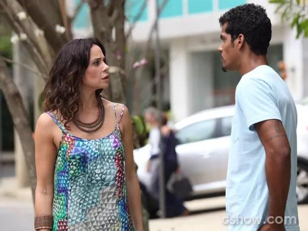 Jairo pressiona Juliana por dinheiro (Foto: Carol Caminha/TV Globo)