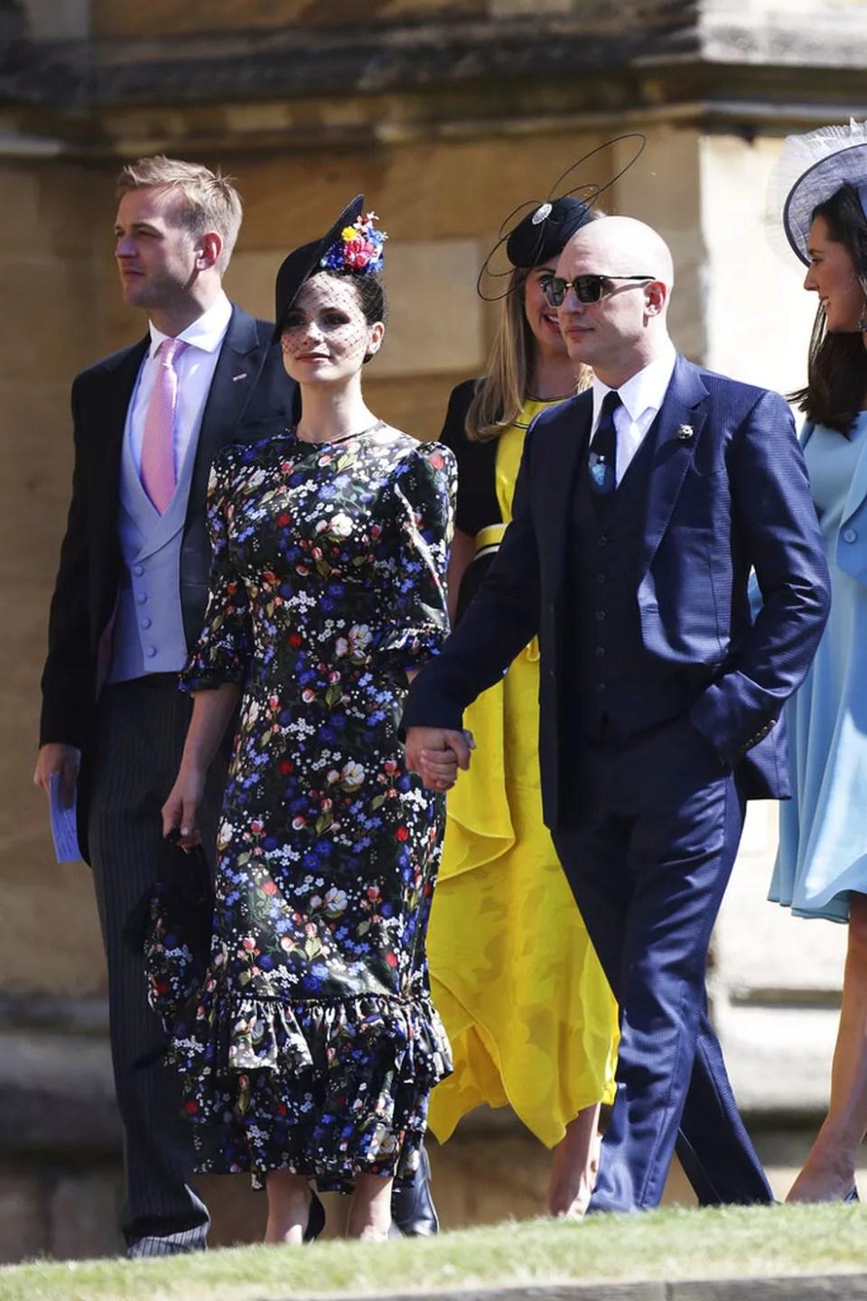 Charlotte Riley e Tom Hardy chegam para o casamento em Windsor (Foto: AP/Chris Jackson)