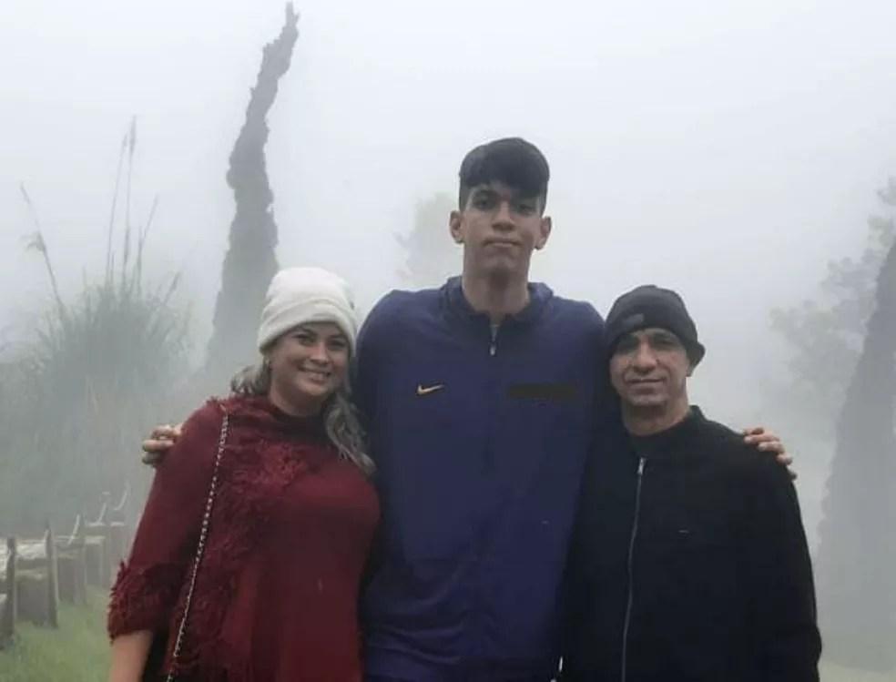 Jonatha com os pais, Juliana e João — Foto: Reprodução / Arquivo pessoal