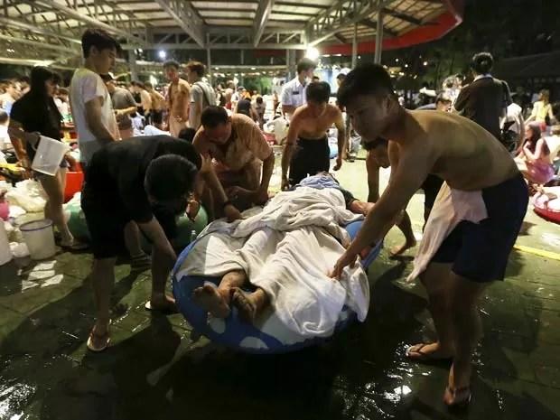 Feridos são socorridos após explosão em parque aquático em Taiwan  (Foto: REUTERS/Wu Chia )