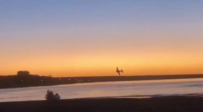 Logo após a decolagem, avião fez manobra arriscada, passando perto da água — Foto: Reprodução/TV TEM