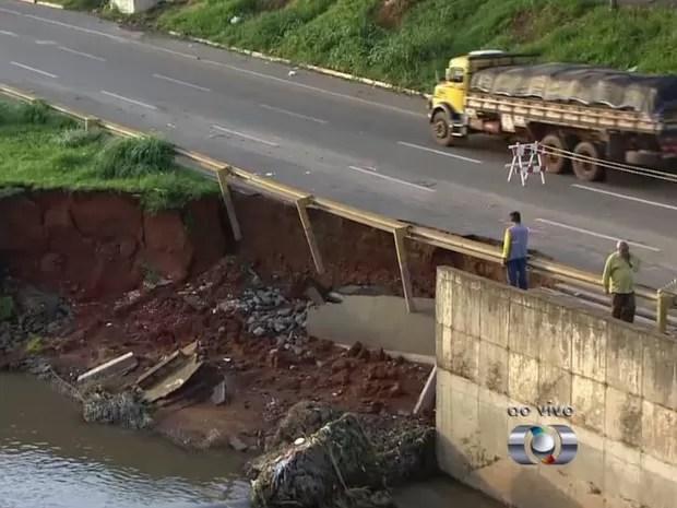 Asfalto desmoronou na Margina Botafogo próximo à ponte da Rua 301, em Goiânia, Goiás (Foto: Reprodução/ TV Anhanguera)
