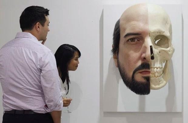 Obra ultrarrealista que retrada rosto divido será exibida em feira internacional de arte, realizada em Cingapura (Foto: Edgar Su/Reuters)