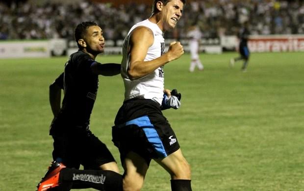 Giancarlo, do Treze comemora gol marcado contra o Santa Cruz, no Estádio Presidente Vargas, pela Série C do Campeonato Brasileiro (Foto: Magnus Menezes / Jornal da Paraíba)