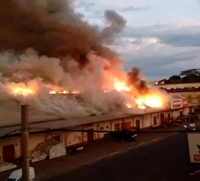 Fogo em loja de artigos agropecuários em Rio Preto (Foto: Arquivo Pessoal)