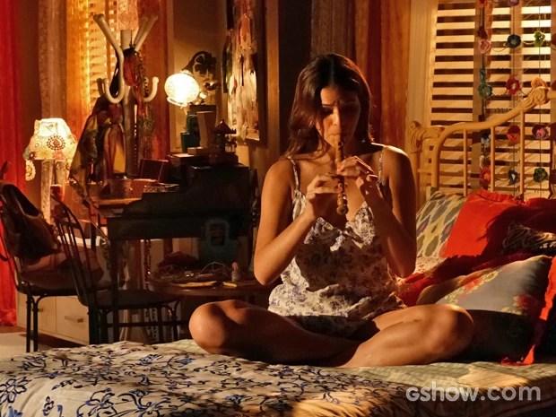 Bruna grava cena em que Luiza toca flauta e vive sua primeira personagem com caráter musical (Foto: Em Família/ TV Globo)