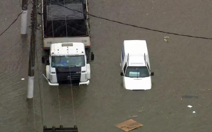 Caminhão e carro ficam presos em alagamento na Zona Sul de São Paulo — Foto: TV Globo/Reprodução