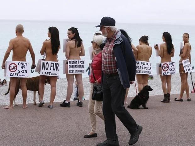 Protesto chamou a atenção de quem passava (Foto: Valery Hache/AFP)