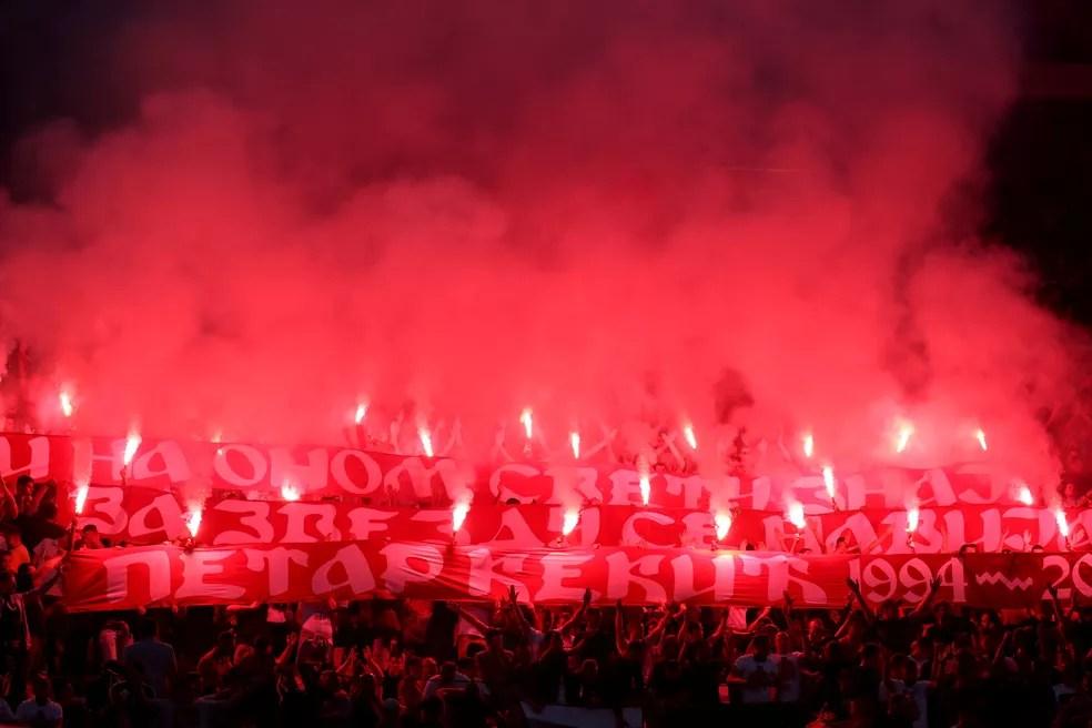 Festa da torcida do Estrela Vermelha em cerimônia de premiação do título sérvio da equipe — Foto: Marko Djurica/Reuters