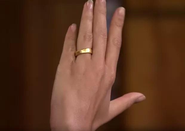 A aliança de casamento de Emily Ratajkowsi, feita a mão por ela e o marido. (Foto: Frame)