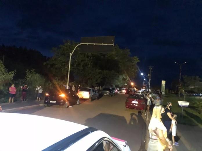 Em Chapada, pessoas fizeram orações em frente à UPA — Foto: Prefeitura de Chapada dos Guimarães-MT/