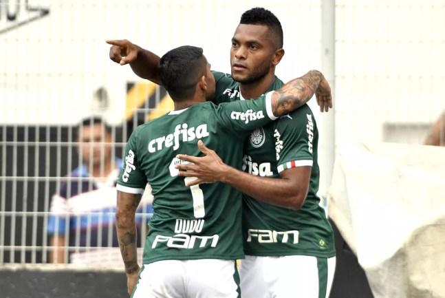 Borja abraça Dudu durante partida do Palmeiras — Foto: Marcos Ribolli