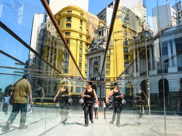 Turistas visitam labirinto de vidro feito pelo artista americano Robert Morris na Praça da Cinelândia, no centro do Rio de Janeiro, neste sábado (8). Morris é considerado um dos criadores do Minimalismo e de Land Art (Foto: Marcelo Fonseca/Brazil Photo Press/AE)