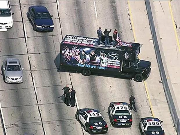 Músicos subiram em cima do caminhão e fizeram uma apresentação improvisada.  (Foto: KTLA-TV/AP)