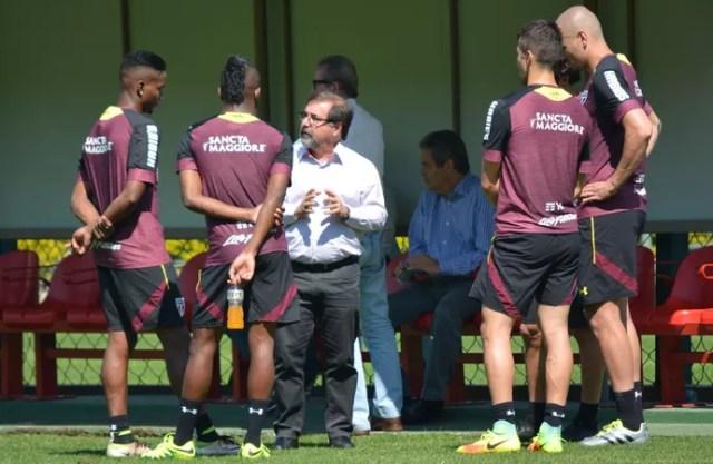 Marco Aurélio Cunha conversa com jogadores do São Paulo (Foto: Ana Luiza Rosa/saopaulofc.net)