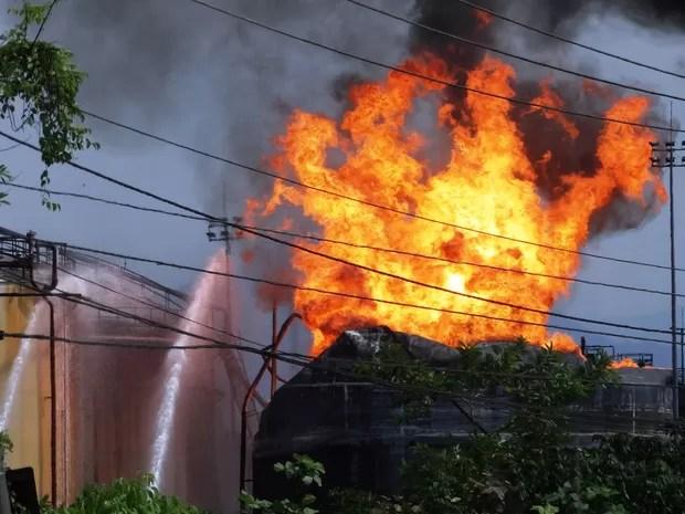 Quatro tanques de combustíveis da Ultracargo seguem em chamas em Santos (Foto: Roberto Strauss/G1)