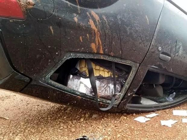 Motorista fugiu após acidente e PRF encontrou carro com pacotes de maconha. (Foto: Assessoria/PRF)