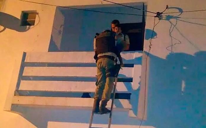 Policiais resgatam criança deixada sozinha em apartamento (Foto: Divulgação/SSP-BA)