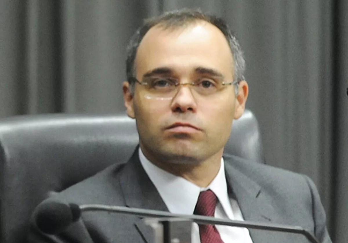 'Professor não pode atuar como militante', diz ministro da AGU sobre pedido para STF liberar polícia nas universidades