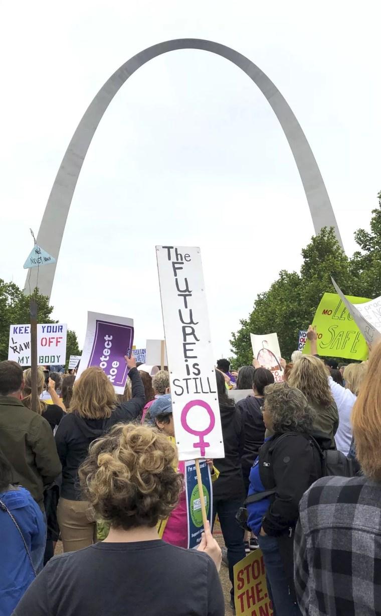 Protestos pró-aborto em St. Louis, no Missouri, nesta terça-feira (21). — Foto: Jim Salter/AP