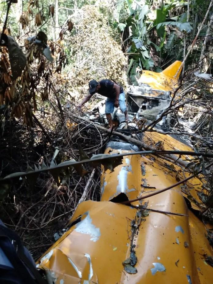 Avião agrícola caiu em área de mata em Peixoto de Azevedo — Foto: Polícia Militar de Mato Grosso/Divulgação