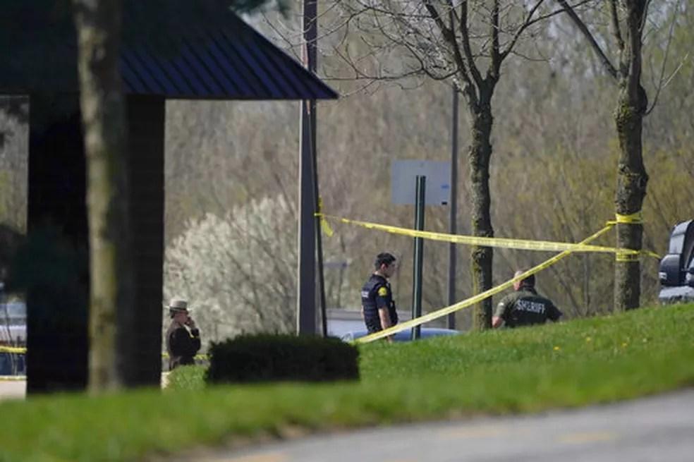 Policiais do lado de fora do local onde houve um tiroteio em Maryland, nos EUA, nesta terça-feira (6) — Foto: Julio Cortez/AP