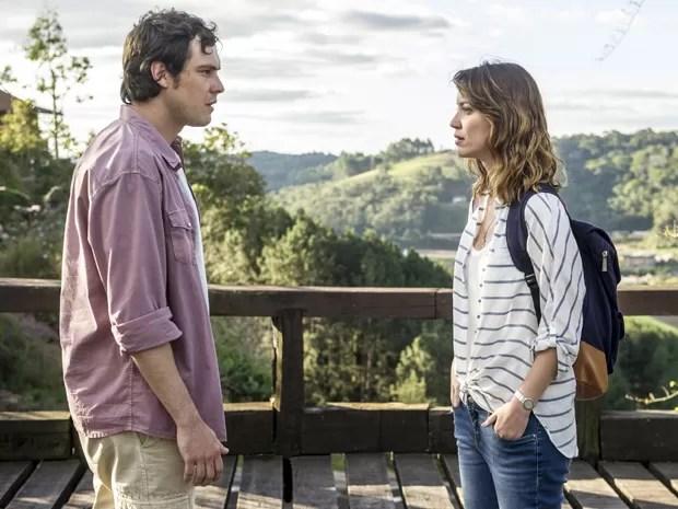 Caíque encontra Laura após seguir direção de Bella (Foto: Renato Rocha Miranda/ TV Globo)