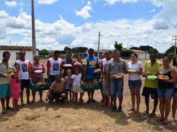 Moradores exibem resultados da produção em área irrigada  (Foto: Alonso Gomes/Arquivo Pessoal)