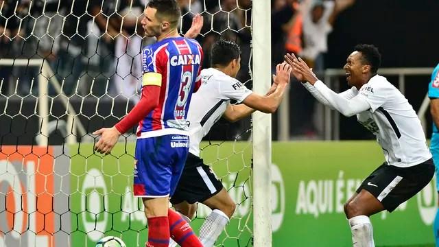96dc45eaa1 O gringo Balbuena comemora o segundo gol com o atacante Jô