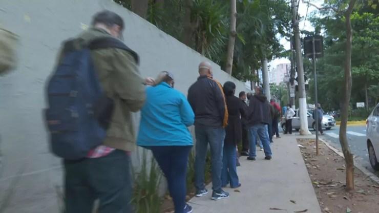 Fila de espera para vacinação em Unidade na Vila Nova Conceição  — Foto: Reprodução/TV Globo