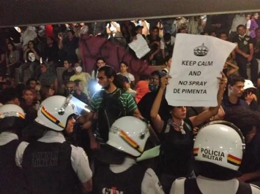 Manifestantes concentrados na entrada do Congresso (Foto: Fabiano Costa / G1)