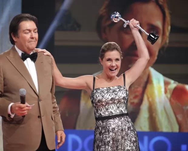 Adriana Esteves leva prêmio de melhor atriz do ano (Foto: Domingão do Faustão/ TV Globo)