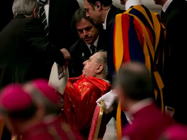 Cardeal italiano Antonio Maria Veglio passa mal durante a missa Pro Eligendo Pontifice, na Basílica de São Pedro, no Vaticano, a última antes do início do Conclave (Foto: Lalo de Almeida/Folhapress)