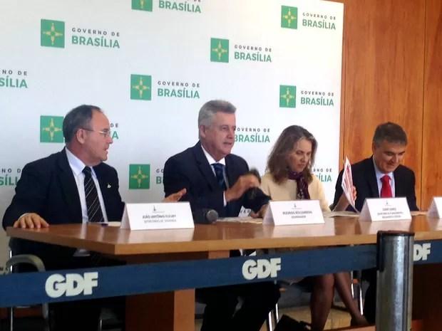 Governador Rodrigo Rollemberg (centro) e secretários de Fazenda, Planejamento e Casa Civil (da esquerda para a direita), em anúncio de cronograma para quitar dívidas (Foto: Mateus Rodrigues/G1)